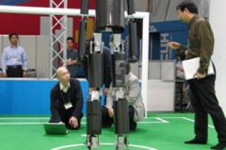 Creatia unui japonez: un robot gigant care mai joaca si fotbal!