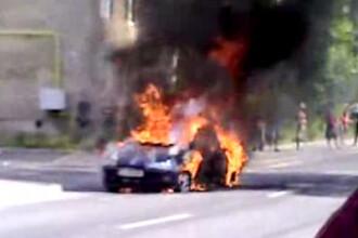 O masina a ars aproape complet intr-un cartier din Brasov!