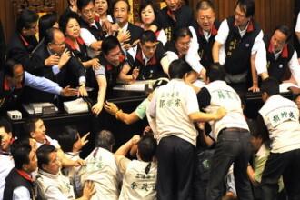 Parlamentul din Taiwan e mult mai amuzant ca al nostru: bataie cu gunoaie