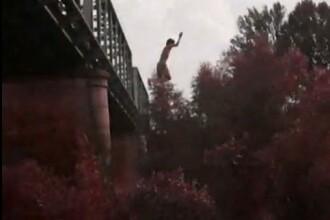 Distractie nebuna. Se arunca in apa de la 20 de metri, de pe un pod. Video