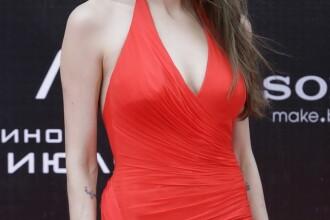 Lady in red! Angelina Jolie a facut senzatie la Moscova