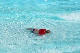 Cadavrul unei femei a zacut trei zile intr-o piscina: sute de oameni au inotat, fara sa-l observe