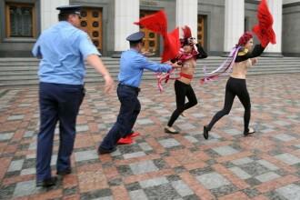 Protest topless in fata Parlamentului ucrainean impotriva reformei pensiilor
