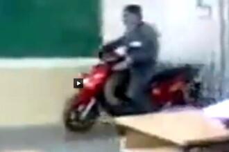Mai ceva ca la noi. Doi rusi si-au parcat scuterele intr-o sala de clasa. VIDEO