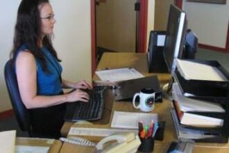 Munca la birou iti distruge sanatatea. Cum te afecteaza statul pe scaun, scrisul si imprimanta