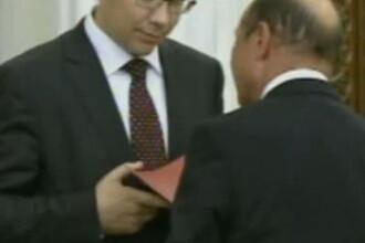 Video. Basescu i-a dat lui Ponta un dosar cu promisiunea de DEMISIE, daca se schimba Constitutia