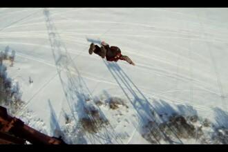 VIDEO. A supravietuit unei caderi de la 120 de metri, dupa ce parasuta nu i s-a deschis