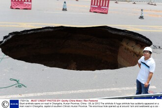 Fenomen ciudat in China. Nimeni nu-si poate explica cum a aparut aceasta groapa in mijlocul drumului