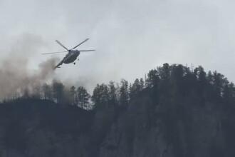 In Bucegi continua lupta cu flacarile care mistuiesc padurile. Elicopterul MAI, din nou in misiune