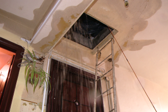 Ploaia torentiala a inundat un bloc intreg la Timisoara. Oamenii stau in casa acoperiti cu pelerine