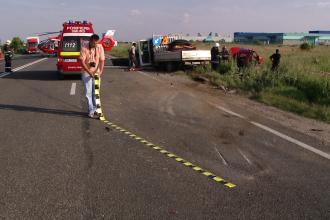 Accident grav pe A1. 11 persoane au fost ranite, dupa ce un microbuz s-a rasturnat in afara soselei