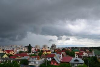 Atentionare COD GALBEN si PORTOCALIU de furtuna si ploi torentiale. Zonele vizate