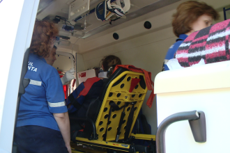O tanara a ajuns la spital dupa ce i-a cazut in cap o bucata de tencuiala desprinsa de pe un imobil din centrul Sibiului
