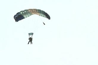 Acrobatii spectaculoase la malul marii. O doamna de 81 de ani a sarit cu parasuta la Tuzla
