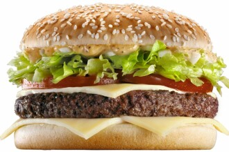 A acceptat un pariu si a mancat o luna doar la McDonald's. Cum arata barbatul dupa ce a consumat 80.000 de calorii. FOTO