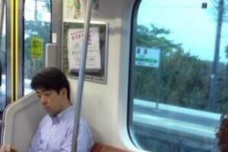 Pasagerii au ramas fara cuvinte. Cum a aparut un barbat in metroul din Tokyo. FOTO