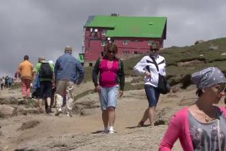 Cel mai aglomerat weekend de la munte. 30.000 de turisti au fugit de canicula in Bucegi
