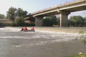 Un adolescent a disparut in apele raului Timis. Mai multi pompieri si scafandri sunt in cautarea lui