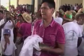 Nunta cu o astfel de mireasa i-a adus celebritate. Cu cine s-a casatorit un primar din Mexic. VIDEO