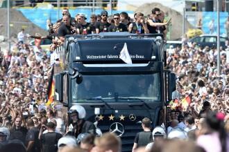 Sarbatoare nationala in Germania. Peste 250.000 de persoane i-au asteptat pe jucatorii germani la Poarta Brandenburg