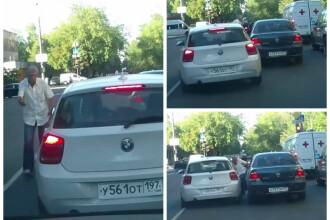 Incident socant surprins pe o strada din Rusia. Soferul unui BMW demareaza fara retinere peste un alt barbat cu care se certa