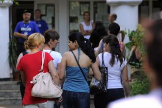 Profesori eliminați de la examenul de titularizare, după ce au fost prinși cu copiuțe