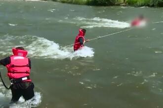 Trei copii si doua femei, salvati din mijlocul apelor, in Hunedoara. Un trecator si-a riscat viata pentru o copila de 13 ani