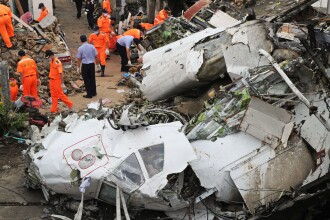 Tragedie in Taiwan. 48 de morti dupa ce un avion TransAsia s-a prabusit din cauza vremii nefavorabile