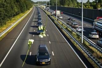 Florile care cad peste convoiul cu trupurile olandezilor morti in zborul MH17. Imagini tulburatoare din Amsterdam. FOTO