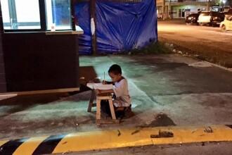 In fiecare noapte, isi face temele la lumina unui bec din fata unui fast-food. Adevarul din spatele imaginii e induiosator
