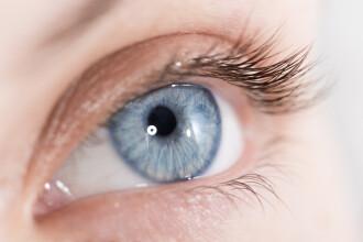 Care este legatura intre ochii albastri si alcool. Ce s-a aflat despre persoanele care au aceasta culoare la ochi