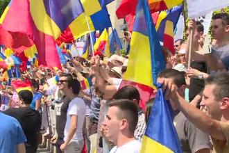Mars pentru Unire. Cei 1000 de tineri, veniti pe jos de la Chisinau, au ajuns la Cotroceni.