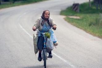 La 84 de ani, o batranica din Alba pedaleaza zilnic peste 2 kilometri sa-si lucreze gradina:
