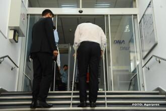 Ce a observat Victor Ponta in timp ce urca scarile la DNA in carje: