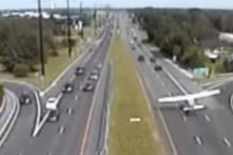 Momentul in care un avion aterizeaza fortat pe o autostrada din New Jersey. Trei soferi au scapat ca prin urechile acului