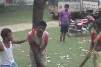 Cum este pedepsit un violator in India. Suspectul a fost legat de un copac si batut de multimea furioasa. VIDEO