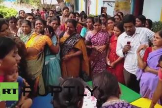 O eleva din India a murit dupa ce a fost pedepsita de un profesor sa stea in genunchi. Multimea furioasa a distrus scoala