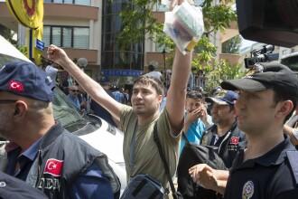 Violente in Turcia. Politia a recurs la tunuri cu apa si gaze lacrimogene pentru a dispera o mie de protestatari. VIDEO