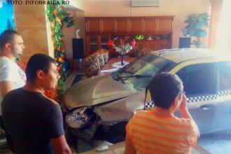 O familie din Braila s-a trezit cu un taxi in mijlocul sufrageriei. Cum a fost posibil accidentul