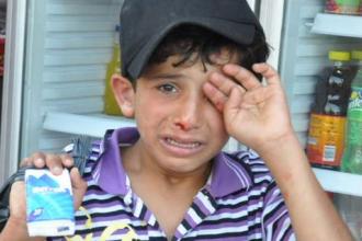 Imaginea care a induiosat internetul. Un baiat sirian refugiat in Turcia, batut crunt de un patron in fata restaurantului