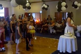 Imagini virale. Ce s-a intamplat cand o invitata a incercat sa prinda buchetul miresei. VIDEO