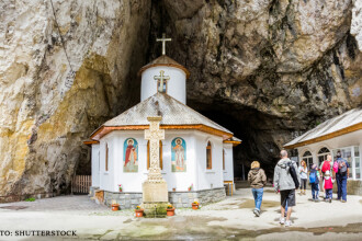 Ce parere au romanii despre religie si Biserica. 60% isi sfintesc casa si masina, dar numai 44% cred in preoti