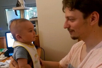 Clipul care a ajuns viral pe internet. Ce se intampla cu acest bebelus la cateva secunde dupa ce tatal ii spune
