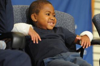 Un baietel de 8 ani a devenit cel mai tanar pacient caruia i s-au transplantat ambele maini. Cum arata Zion Harvey acum