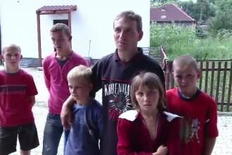 Isi creste singur cei 5 copii din alocatia celor mici. Cum putem ajuta familia din Cluj