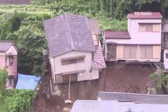 Alunecari de teren dramatice, in Japonia, dupa ploi torentiale. O casa s-a prabusit peste constructiile de la baza unui deal