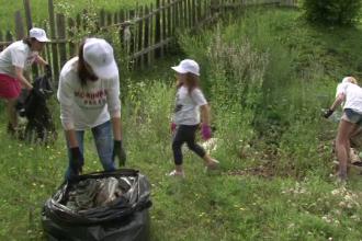 Elevii din Bacau au sacrificat 3 zile de vacanta pentru a strange gunoaiele altora: Multi polueaza natura, nu e un lucru bun