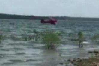 Accident aviatic spectaculos in Texas, unde un avion de mici dimensiuni s-a prabusit intr-un lac. Pasagerii au fost salvati