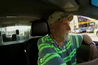 Un taximetrist a inapoiat 200.000 de dolari uitati de un om al strazii. Dezamagirea pe care a avut-o cand a primit recompensa