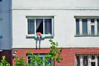 O tanara din Rusia s-a apucat sa se bronzeze pe fereastra apartamentului. Ce reactie au avut vecinii